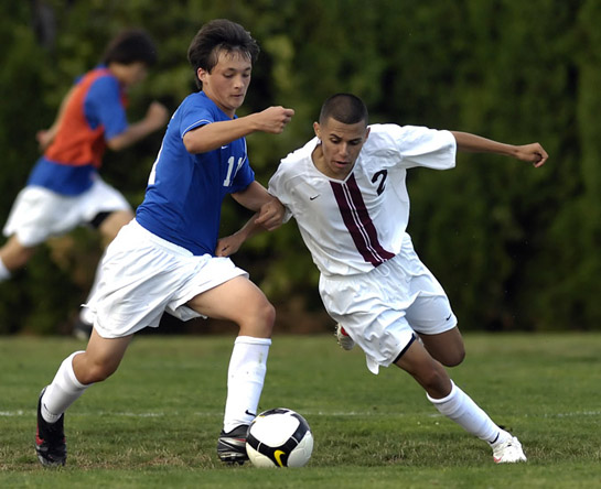 Ryan Murphay (left) of Aloha and Glencoe's Leo Gaona (right) battle for possession of the ball in midfield during the second half.