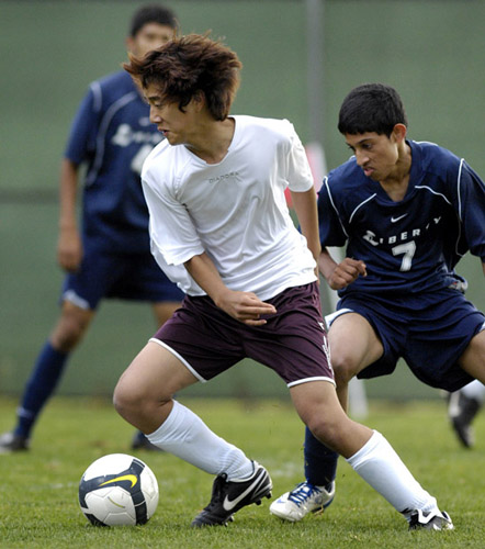 Midfielder Jin Hyun changes direction quickly to evade a Liberty defender during the Tide's 1-0 victory.